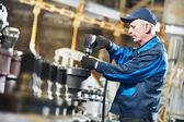 Trabajador experimentado ensamblador industrial — Foto de Stock