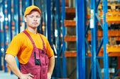Kavkazská mladý dělník ve skladu — Stock fotografie