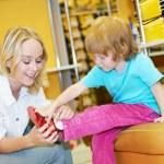 mujer y niño chica haciendo compras — Foto de Stock