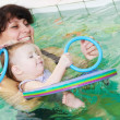 Little girl and mothe in swimming pool — Foto de Stock