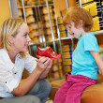 kobieta i dziecko dziewczynka dokonywanie zakupów — Zdjęcie stockowe