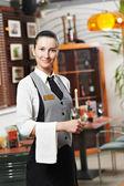 Serveerster meisje van commerciële restaurant — Stockfoto
