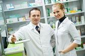 Farmacia farmacia squadra donne e uomo in farmacia — Foto Stock