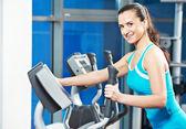 Mujer feliz con en el gimnasio de entrenamiento — Foto de Stock