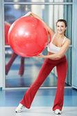 Heureuse femme en bonne santé avec ballon de fitness — Photo