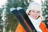 Garota com roupas de inverno com esquis — Foto Stock