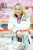 Mujer haciendo compras lácteos — Foto de Stock