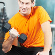 homme culturiste faisant des exercices de musculation biceps — Photo
