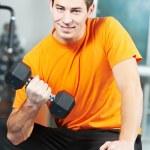 hombre culturista haciendo los ejercicios del músculo bíceps — Foto de Stock