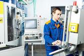 Worker at machine tool in workshop — Stockfoto