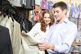 Jovens povos comprar na loja de roupas — Foto Stock