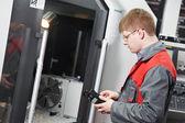 Centro de máquina cnc operacional trabalhador — Foto Stock