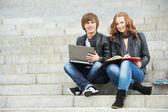 Två leende unga studenter utomhus — Stockfoto