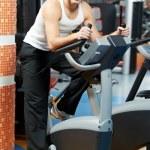hombre positivo en piernas bicicleta ejercicios máquina — Foto de Stock