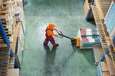 Werknemer met vork pallettruck — Stockfoto