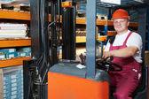 Magasinier de chariot élévateur au travail — Photo
