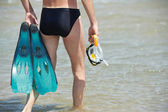 Man going to sea with snorkel set — Foto de Stock