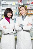 Dos mujeres de químico de farmacia en farmacia — Foto de Stock