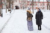 Rosjanki w zimowe ubrania przed klasztor prawosławny — Zdjęcie stockowe