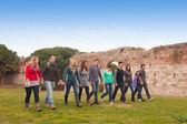 Grupo multicultural de caminar juntos — Foto de Stock