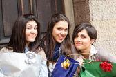Mulheres jovens felizes, depois das compras — Fotografia Stock