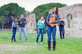 Estudiantes universitarios multiculturales en el parque — Foto de Stock