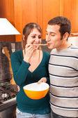 Mujer que da a su marido un sabor — Foto de Stock