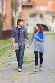 Ungt par på college — Stockfoto