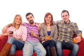 Grupo de jóvenes sentados en el sofá y bebiendo — Foto de Stock