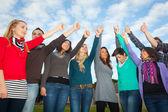 College-studenten mit daumen nach oben — Stockfoto