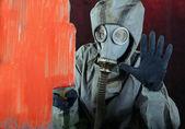 Adam cam üzerine bir boya boyar — Stok fotoğraf