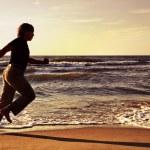 Man running along seashore — Stock Photo