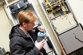 Engenheiro de telecomunicações, conectando reflectometer — Fotografia Stock