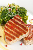 Tuna steak with broccoli — Stockfoto