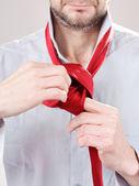Regolazione cravatta uomo — Foto Stock
