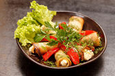 Aubergine rolls stuffed with red peppers — 图库照片
