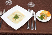 Spinach cream soup with potato chips and fish pie — Stock Photo