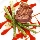 煎的牛排配蔬菜 — 图库照片