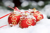 Red balls on the snow — Stockfoto