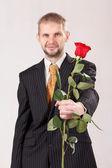 Mannen med röda rosor — Stockfoto