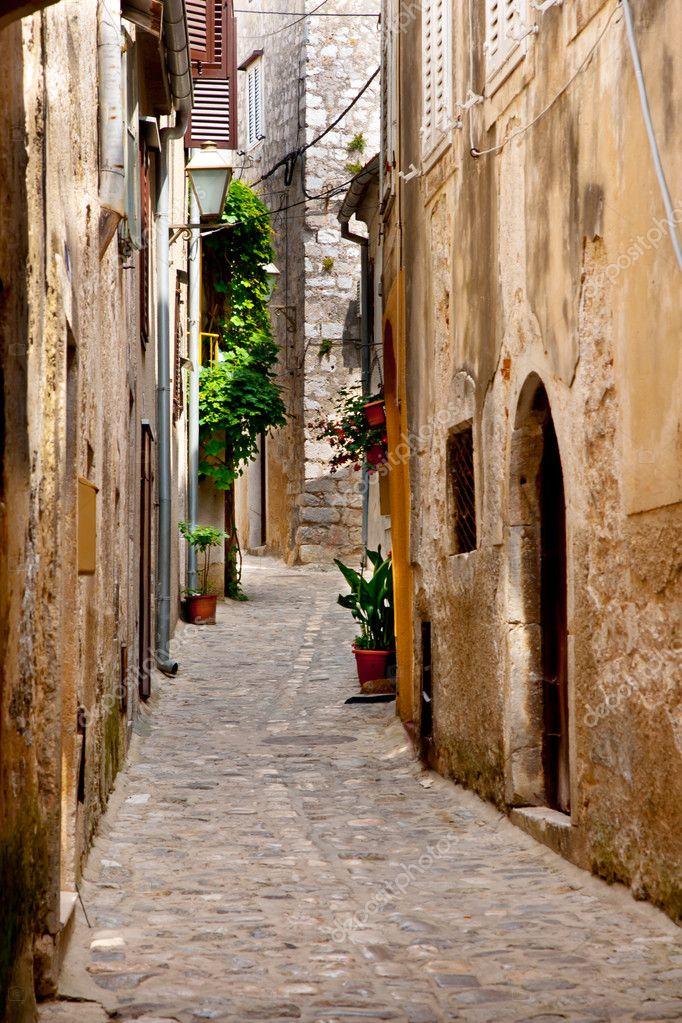 Vicolo borgo italiano con porte e piante toscana foto for Porte italiano