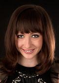 Retrato de mujer sonriente atractivo sobre fondo negro — Foto de Stock