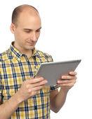 Bel homme souriant avec tablette — Photo