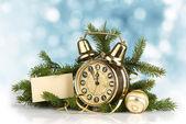 Concetto di natale. vecchio orologio d'oro e abete — Foto Stock