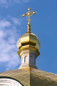 Close-up of Golden crucifix and Cupola of Orthodox church and bl — Stock Photo