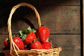 Canasta con fresas — Foto de Stock