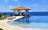 Pavilon a bazén v areálu — Stock fotografie