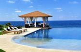馆和游泳池在度假村 — 图库照片