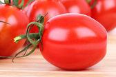 Tomat på träskiva, — Stockfoto