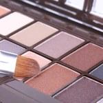 профессиональный макияж кисти на множестве тени для век — Стоковое фото #9707255